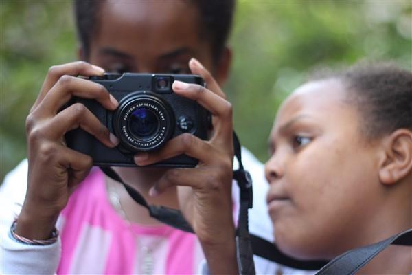 נערה מצלמת במצלמה